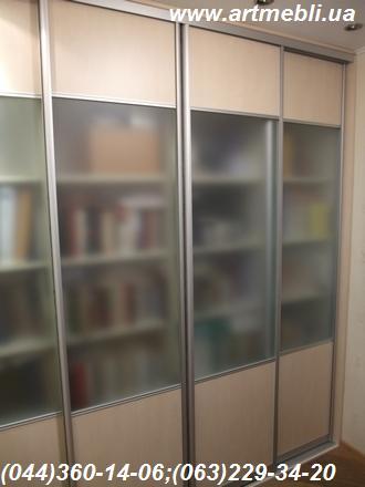 Шафа-купе. Книжкові полиці ДСП Еггер - Береза Майнау. Система – Срібло, комбіновані двері ДСП + скло матове сатин