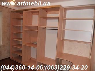 Стінка в квартиру меблева. Гірка ДСП Еггер (Egger) - Кальвадос рожевий, рамка - дуб молочний, Скло матове Сатин,  ротанг натуральний, шафа-купе, стіл, полиця